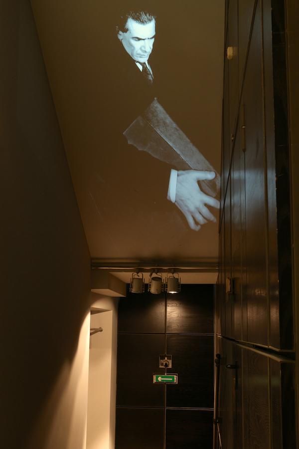 Vista da exposição 'Rei Capitão Soldado Ladrão' de Jorge Molder, MNAC-Museu do Chiado, 2014. Fotografia da exposição Making Art Happen.