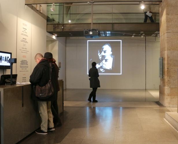 (pormenor entrada) Vista da exposição 'Rei Capitão Soldado Ladrão' de Jorge Molder, MNAC-Museu do Chiado, 2014. Fotografia Making Art Happen.