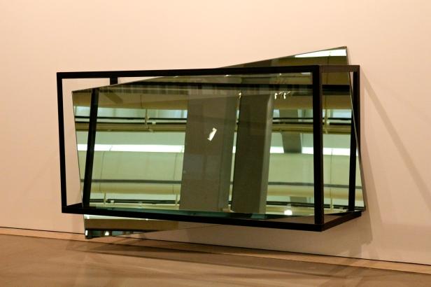 José Pedro Croft, S/Título, 2006. Ferro, espelho e vidro.. (galeria 1) Exposição 'Sob o Signo de Amadeo - Um Século de Arte'. CAM-Fundação Calouste Gulbenkian, 2013-2014. Fotografia da exposição Making Art Happen.