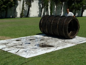 Rui Horta Pereira, Deixar Andar, (fotografa do filme com o mesmo nome HD 40' ), madeira ,  rolo 240x110 cm diâmetro, 12 placas contraplacado 400x300 cm, óleo queimado, 2010. Cortesia do artista.