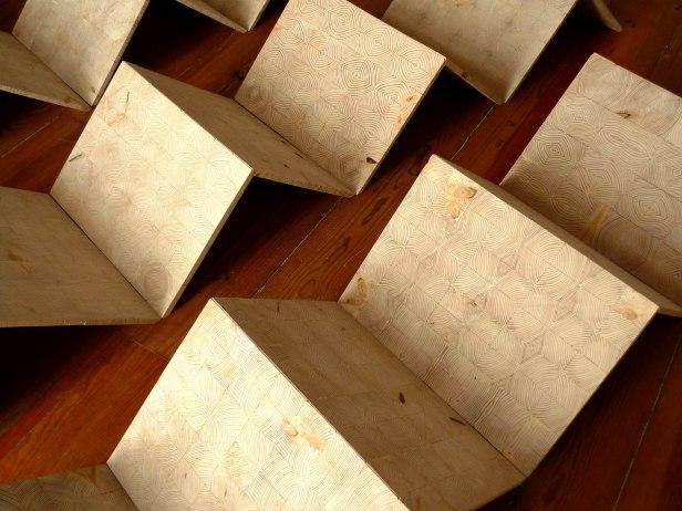 Rui Horta Pereira, TUDO AQUILO QUE CAIR DA MESA PARA O CHÃO (detalhe) , madeira, 16painéis 80x60 perfazendo um ângulo de 90º, 2010. Cortesia do artista.