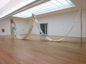 vista da exposição '12 Contemporâneos - Estados Presentes' no Museu de Arte Contemporânea de Serralves, Porto, 2014. Cortesia da Fundação de Serralves.