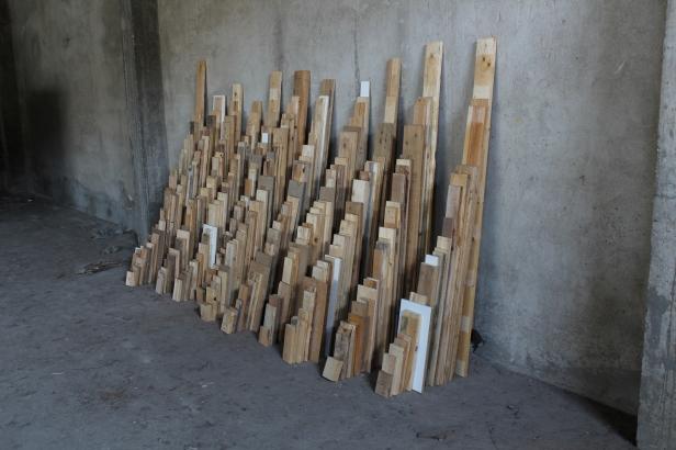 Rui Horta Pereira, MADEIRAS ( Instalação resultante do filme com o mesmo nome , HD, 5'29''), madeira, 180x250x80 cm, 2012. Cortesia do artista.