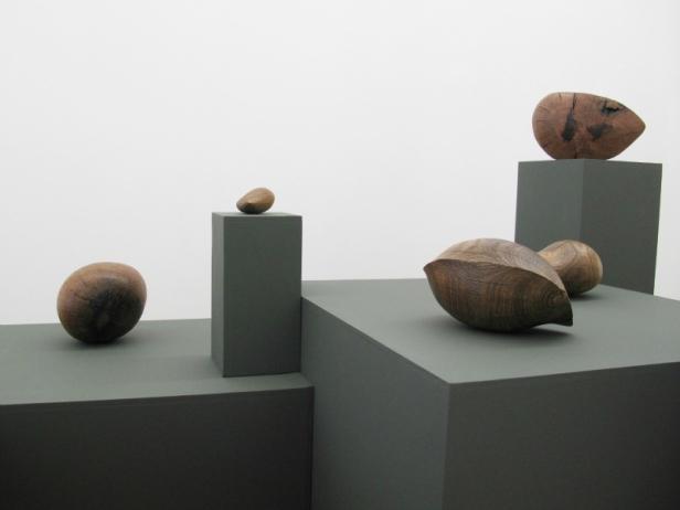 Claire de Santa Coloma, vista da exposição – Guia prático para fazer uma escultura básica de madeira, 3+1 Arte contemporânea, Lisboa, 2014 . Imagem cortesia da artista e 3+1 Arte Contemporânea, Lisboa