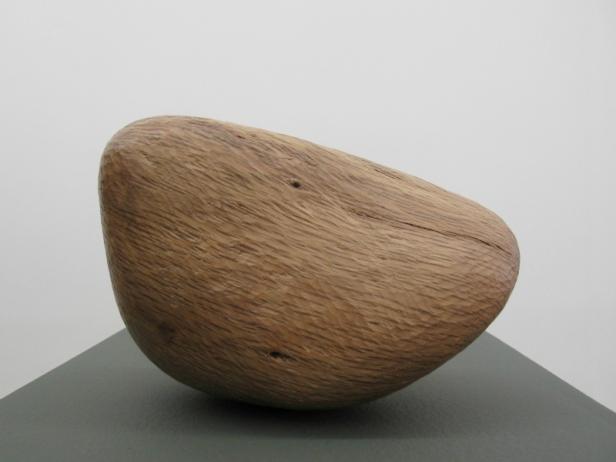 Claire de Santa Coloma, Sem título , 2014, Madeira de azinheira, 22 x 13 x 15 cm. Imagem cortesia da artista e 3+1 Arte Contemporânea, Lisboa