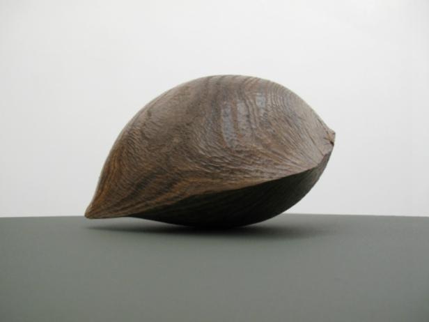 Claire de Santa Coloma, Sem título, 2014, Madeira de nogueira, 31 x 19 x 18 cm. Imagem cortesia da artista e 3+1 Arte Contemporânea, Lisboa.