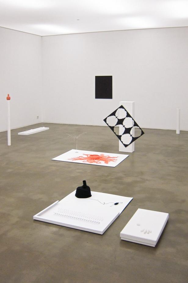 Leonor Hipólito, vista da exposição 'Fina é a linha', no espaço AZ, Lisboa. Fotografia da exposição Arne Kaiser.