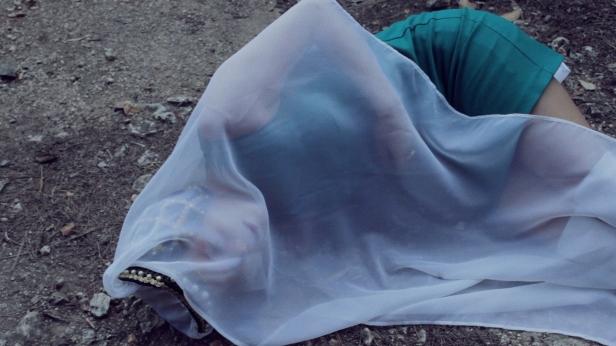 Joana Linda, still do filme 'Em cada lar perfeito, um coração desfeito'. Cortesia da artista.