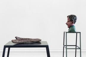 Musa paradisiaca,  Pau – mão, 2014 e O sono de Francisco, 2014. Breu pintado.  Vista de instalação, Kunsthalle Lissabon, Lisboa  Foto: Bruno Lopes. Cortesia dos artistas e Kunsthalle Lissabon.