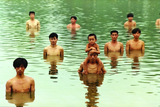 Zhang Huan, To Raise the Water Level in a Fishpond. Cortesia do artista.