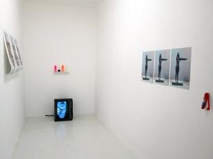 Vista geral da exposição Art Stabs Power:que se vayan todos!; Beatriz Albuquerque, instalação: Crisis of Luck (Documentation). Cortesia da artista
