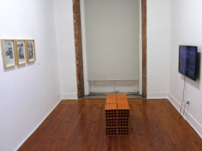 Vista da exposição Art Stabs Power:que se vayan todos!; Paul Eachus, Angela Tiatia, 2014. © Inês Valle