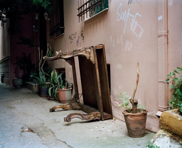 """Pauliana Valente Pimentel, """" Table. Plaka. Athens"""", Série: """"Youth of Athens / Jovens de Atenas"""", 2012. Cortesia da artista e da Galeria Salgadeiras."""