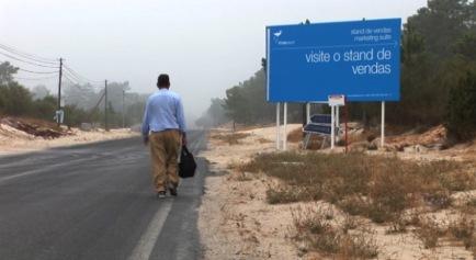 Paulo Mendes, 'Tróia'. Filmagem em Tróia, em 2008, durante a construção do empreendimento Tróia Resort. Cor, som, vídeo em loop (este vídeo integra o projecto Desvio da série S de Saudade). Cortesia do artista.