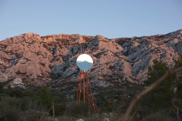 Miguel Palma, Pays/scope, 2012. Estrutura metálica e espelho. Cortesia do artista e CAM-FCG.