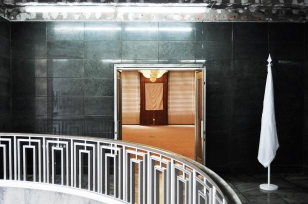 Joao Felino, 'Flags of the World'. Vista da instalação no MUDE - Museu do Design e da Moda, Lisboa. Cortesia do artista.