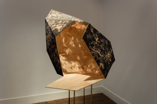 Sophie Whettnall, Shadow piece (sculpture), 2014 Madeira, tinta da china, latão Wood, indian ink, brass 80 × 100 × 90 cm (+ stand 110 × 20 × 20). Fotografia da exposição 'Shadow piece' na Vera Cortês Art Agency: Bruno Lopes.