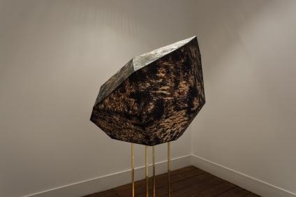 Sophie Whettnall, Shadow piece (sculpture), 2014 Madeira, tinta da china, latão Wood, indian ink, brass 80 × 100 × 90 cm (+ stand 110 × 20 × 20. Fotografia da exposição 'Shadow piece' na Vera Cortês Art Agency: Bruno Lopes.