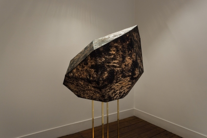 Sophie Whettnall, Shadow piece (sculpture), 2014 Madeira, tinta da china, latão Wood, indian ink, brass 80 × 100 × 90 cm (+ stand 110 × 20 × 20. Fotografia da exposição 'Shadow piece' na Vera Cortês Art Agency: Bruno Lopes.