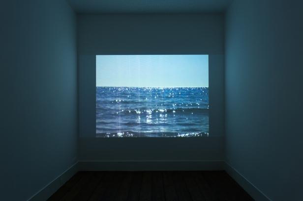 Sophie Whettnall, Bling bling 02, 2014 Video out of a photo camera 1' 19'' loop. Fotografia da exposição 'Shadow piece' na Vera Cortês Art Agency: Bruno Lopes.