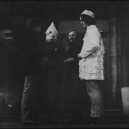 Felipe Ehrenberg, A Date with Faith at the Tate, 1970, Performance, fotografia: © Philippe Mora. Cortesia do artista e 3+1 Arte Contemporânea, Lisboa.