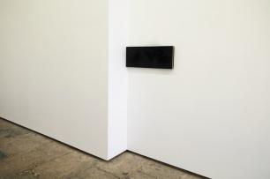 Vista da exposição 'Contra/cto' (detalhe), Carlos Nogueira, muito escuro, 1982. Ferro, madeira, tinta acrílica (2x) 29,1 x 36 x 4,8 cm. Imagem: Cortesia da artista e 3+1 Arte Contemporânea, Lisboa.