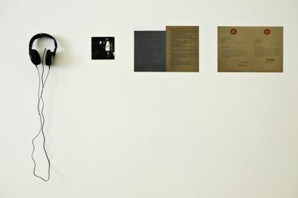 Vista da exposição Contra/cto (detalhe), Felipe Ehrenberg, A Date with Fate at the Tate, 1970. Documentação sobre papel, gravação digital a partir da gravação original da performance em cassete magnética. Duração 10 ́45. Imagem: Cortesia da artista e 3+1 Arte Contemporânea, Lisboa.