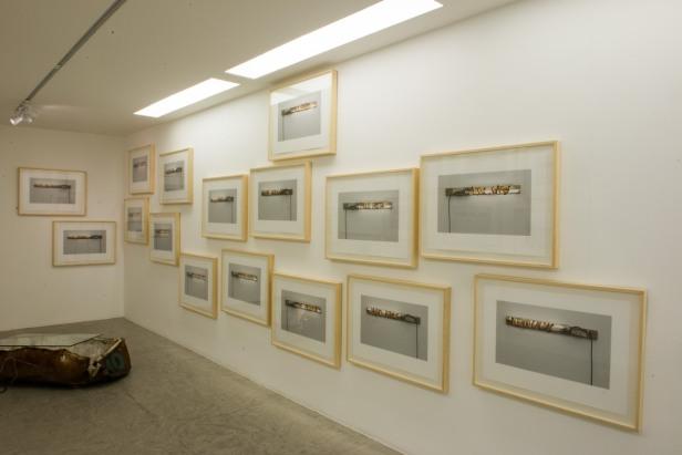 Pedro Cabrita Reis, exposição 'Alguns Nomes'. Mul.ti.plo Espaço Arte, Rio de Janeiro, 2014. Fotografia: Paulo Jabur.