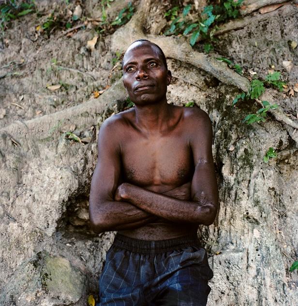 Jordi Burch, da série 'Se não me engano, faz Angola' - Guarda das termas de Conda, (Kwanza-Sul). Angola. 2009. Cortesia do artista e Dear Gallery, Porto, 2014.