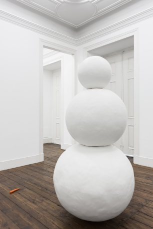 Gonçalo Barreiros, Um boneco de neve não pertence a ninguém, 2014 Ferro pintado Painted iron 200 × 95 × 95 cm. Exposição 'nosey parker'. Vera Cortês Art Agency.