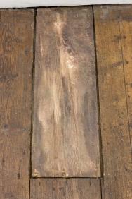 Gonçalo Barreiros, Dente, 2014 Bronze 3 × 20 × 63 cm (site specific). Exposição 'nosey parker'. Vera Cortês Art Agency.