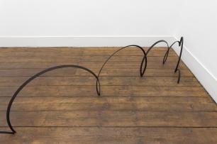 Gonçalo Barreiros, Plof plof, 2014 Ferro pintado Painted iron 93 × 410 × 52 cm. Exposição 'nosey parker'. Vera Cortês Art Agency.