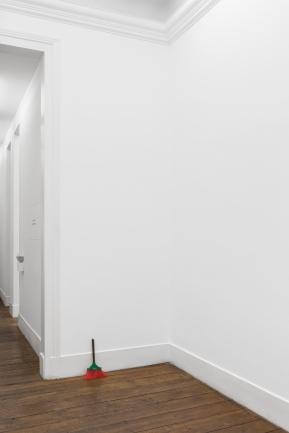 Gonçalo Barreiros, Sem título (vassoura), 2014 Bronze, vassoura Bronze, broom 39 × 25 × 9 cm.