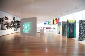 Vista da exposição Sub-40 (Arte e artistas no Porto   Geração pós-25 de Abril). Galeria Municipal Almeida Garrett (Porto). Imagem: cortesia Câmara Municipal do Porto.