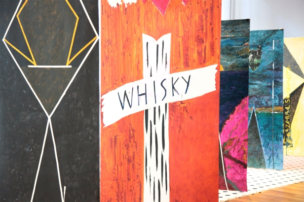 Vista da exposição Sub-40 (Arte e artistas no Porto | Geração pós-25 de Abril). Galeria Municipal Almeida Garrett (Porto). Imagem: cortesia Câmara Municipal do Porto.