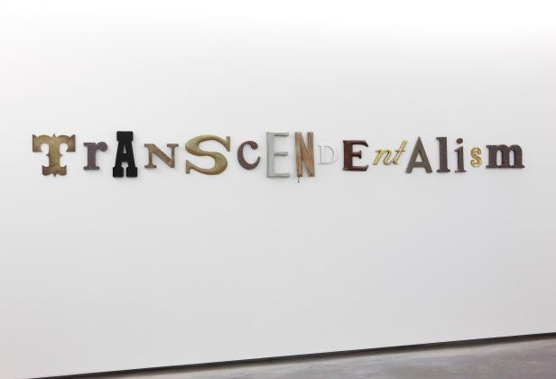 Jack Pierson, Transcendentalism 2000. Madeira, Plástico e metal 40,5 x 389,5 Colección Helga de Alvear, Madrid/Cáceres, Spain Foto © Colección Helga de Alvear.