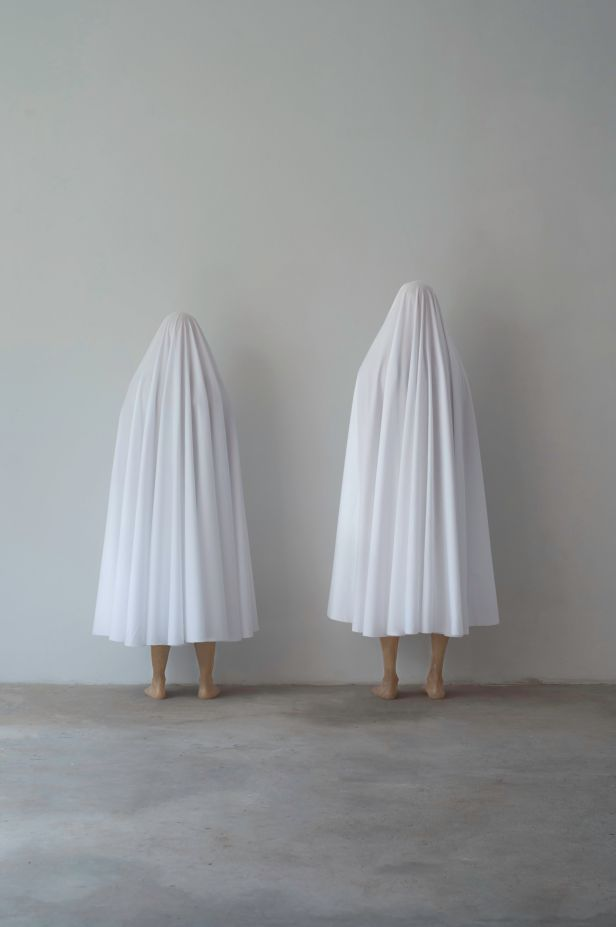 Sara & André, Couple-in-Waiting, 2014. Resina, fibra de vidro e tecido, 164 x c. 62 x c. 48 e 176 x c. 77 x c. 50 cm. Cortesia dos artistas e MNAC.