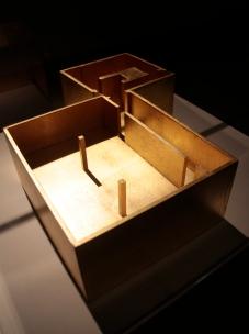 Sara & André, Templo, 2014 Madeira e folha de ouro, 10.5 x 35.5 x 30.1 cm. Exposição 'Exercício de Estilo', MNAC. Fotografia da exposição Making Art Happen.