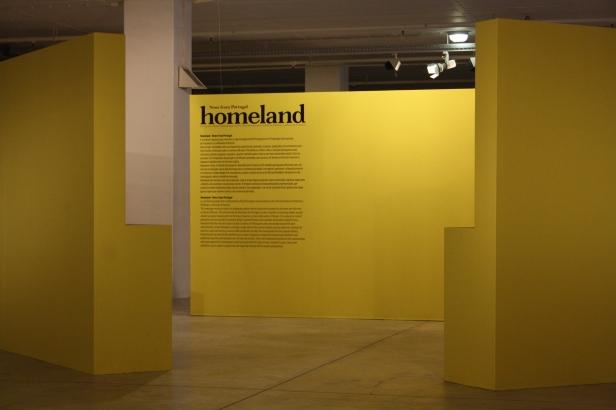 Vista da entrada da exposição 'Homeland-News from Portugal'. Garagem Sul - CCB, Lisboa. Fotografia Diogo Nunes. Cortesia do CCB.