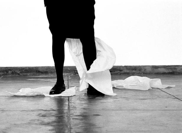Helena Almeida, Desenho, 2012. Fotografia a preto e branco, 109 x 150 cm. Edição única. Cortesia da artista e Galeria Filomena Soares.