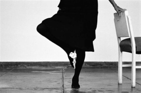 Helena Almeida, Desenho, 2014 Fotografia a preto e branco, 130 x 195 cm Edição única. Cortesia da artista e Galeria Filomena Soares.