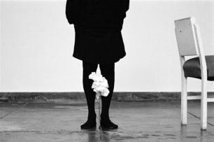 Helena Almeida, Desenho, 2014. Fotografia a preto e branco, 130 x 195 cm. Edição única. Cortesia da artista e Galeria Filomena Soares.