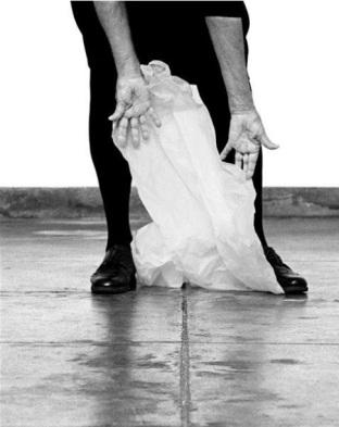 Helena Almeida, Desenho, 2012. Fotografia a preto e branco. 114x90cm. Cortesia da artista e Galeria Filomena Soares.