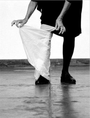 Helena Almeida, Desenho, 2012. Fotografia a preto e branco, 132 x 102 cm. Edição única. Cortesia da artista e Galeria Filomena Soares.
