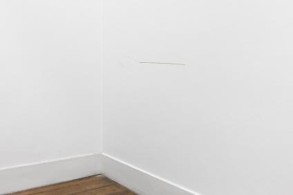 Joana Escoval, Outlaws in Language and Destiny, 2014. Latão 53 × 14 cm. Cortesia da artista e Vera Cortês Art Agency, Lisboa, 2014-2015.