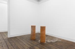 Joana Escoval , Outlaws in Language and Destiny, 2014. Barro exposto a factores climatéricos, fumo. 2 × (105 × ø33) cm. Cortesia da artista e Vera Cortês Art Agency, Lisboa, 2014-2015.