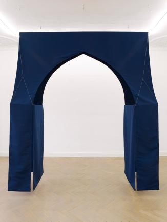 Musa Paradisiaca, Capela (Chapel), 2014, fabric, metal structure, steel cables, 310 x 245 x 82.5 cm. Courtesy Dan Gunn, Berlin.