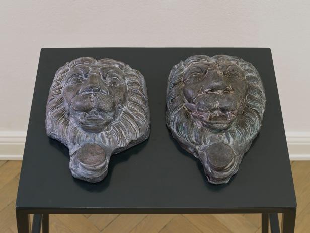 Musa Paradisiaca, Leões–homem (Lion-men), 2014, oil painted pitch, 10 x 39 x 25 cm. Courtesy Dan Gunn, Berlin.