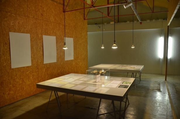 Vista da exposição 'Monuments in Reverse' de Ângela Ferreira no CAAA-Centro para os Assuntos da Arte e Arquitectura, Guimarães, 2015. Cortesia da artista e CAAA.