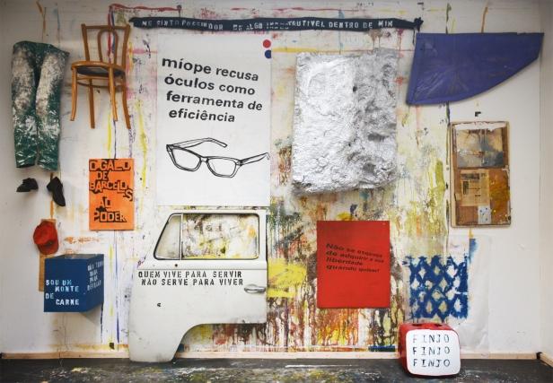 Obra de Hugo Canoilas. Exposição O Tempo e o Modo, para um retrato da pobreza em Portugal. Cortesia do artista e Plano Geométrico Associação Cultural.